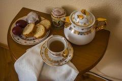 与复活节蛋糕、鸡蛋、茶壶和一杯茶的静物画 免版税库存照片