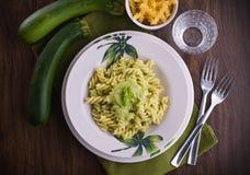 与夏南瓜pesto的意大利面食。 库存图片
