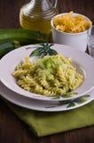 与夏南瓜pesto的意大利面食。 免版税库存图片