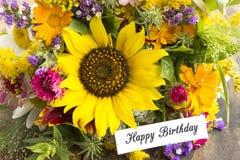 与夏天花花束的生日快乐卡片  免版税库存照片