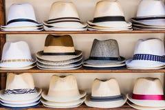 与夏天草帽的开放的市场摊位在索佐波尔,保加利亚 免版税库存图片