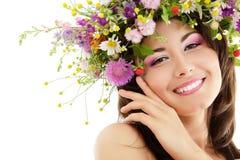 与夏天野花的妇女秀丽 免版税图库摄影