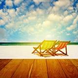 与夏时的海滩睡椅 免版税图库摄影