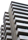 与外在阳台的大现代公寓楼 免版税库存图片