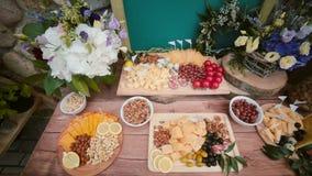 与外面其他快餐的乳酪桌 花、切片乳酪,坚果、鸡蛋、饮料和蕃茄 顶视图 影视素材