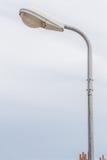 与多云天空后面被弄脏的自然场面的一根街灯杆  库存图片