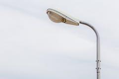 与多云天空后面被弄脏的自然场面的一根街灯杆  免版税图库摄影