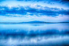 与多云天空和自然湖的美好的夏天风景在波兰 背景开罗埃及前景吉萨棉hdr图象khafre金字塔狮身人面象 免版税库存照片