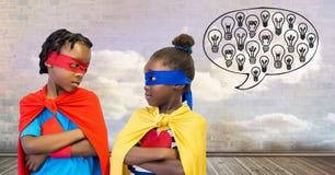 与多云天空墙壁的超级英雄孩子有电灯泡的聊天泡影 免版税库存图片
