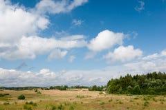 与多云天空的农村风景 免版税库存图片