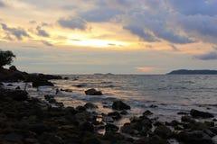 与多云天空的剪影海景 库存照片