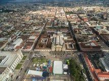 与多云天空的危地马拉城都市风景 全国劳动人民文化宫和中央宪法广场有圣诞老人Iglesia大教堂的 库存图片