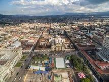与多云天空的危地马拉城都市风景 全国劳动人民文化宫和中央宪法广场有圣诞老人Iglesia大教堂的 免版税库存照片