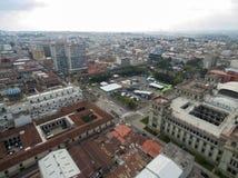与多云天空的危地马拉城都市风景 全国劳动人民文化宫和圣诞老人Iglesia大教堂Metropolitana在背景中 库存图片