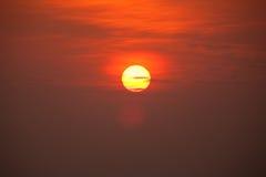 与多云天空的太阳在日落 免版税库存图片