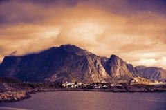 与多云天空的岩石海滨在日落 库存照片