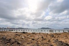与多云天空的干燥海滩 图库摄影