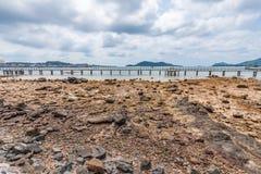 与多云天空的干燥海滩 免版税图库摄影