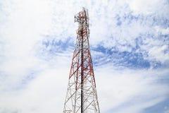 与多云天空的广播塔 免版税库存照片