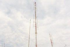 与多云天空的无线电铁塔 库存图片