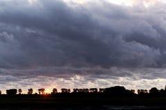 与多云天空的日落 图库摄影