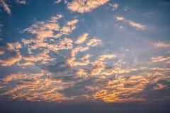 与多云天空的早晨日出 库存照片