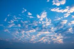 与多云天空的早晨日出 库存图片