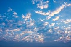 与多云天空的早晨日出 免版税库存图片