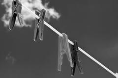 与多云天空的晒衣夹 库存图片