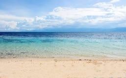 与多云天空的浪漫海风景 与沙子海滩和海的海洋场面 免版税库存照片
