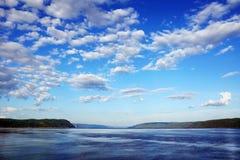 与多云天空的海湾 免版税库存图片