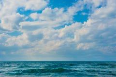 与多云天空的海背景 免版税图库摄影