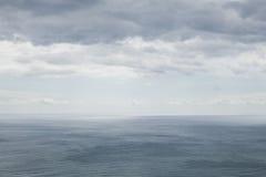 与多云天空的海洋风景 免版税图库摄影