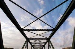 与多云天空的现代桥梁结构和阳光发出光线 免版税库存照片