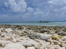 与多云天空的珊瑚海滩 图库摄影