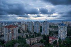 与多云天空的美好的夜都市风景 免版税库存照片