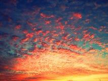 与多云天空的美好的日落 免版税库存图片