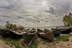 与多云天空的美好的早晨风景和在Razelm湖的渔船支持 库存照片