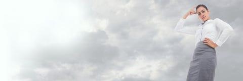 与多云天空转折的想法的女实业家透视图 库存照片