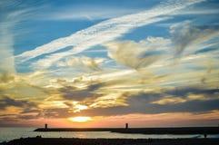与多云晚上天空的引人入胜的海景和 免版税库存图片