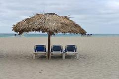 与多云灰色天空的海滩 库存图片