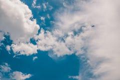 与多云的秀丽天空,平静自然背景 葡萄酒口气 免版税库存图片