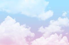 与多云的蓝色和桃红色天空 免版税库存照片