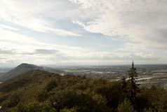 与多云蓝天的德语山景城 库存图片