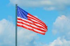 与多云蓝天的美利坚合众国旗子 免版税库存图片