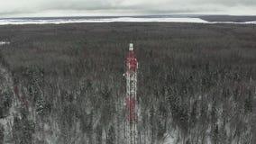 与多孔的天线和的铙钹的塔,无线 直升机射击 影视素材