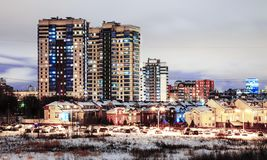 与多家庭房子的一个块在冬天在晚上 免版税库存图片