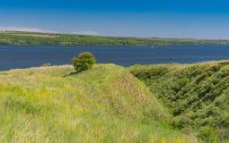 与多小山Dnipro河沿,乌克兰的夏天风景 库存图片