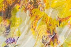 与多彩多姿的印刷品的Tighting白色丝织物 免版税库存图片