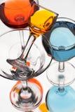 与多彩多姿的液体的玻璃酒杯在一白色backgroun 库存图片